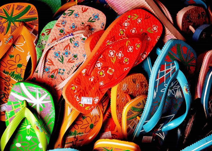 1200px-Flip_flops_-_just_pick_one_up